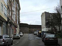 Cruce da Rúa do poeta Noriega Varela e a Rolda da Muralla