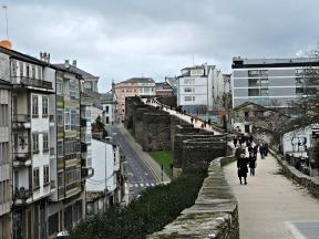 Paseo superior da Muralla entre a Porta de Santiago e a Porta do Bispo Odoario