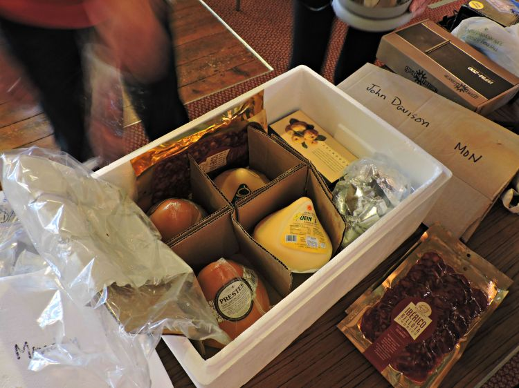 Chegada á capela de Netley dunha das caixas con produtos galegos