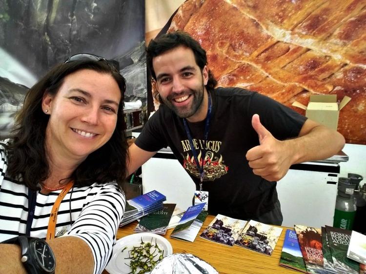 Repartindo folletos de Lugo e provincia no pavillón galego do FIL 2016