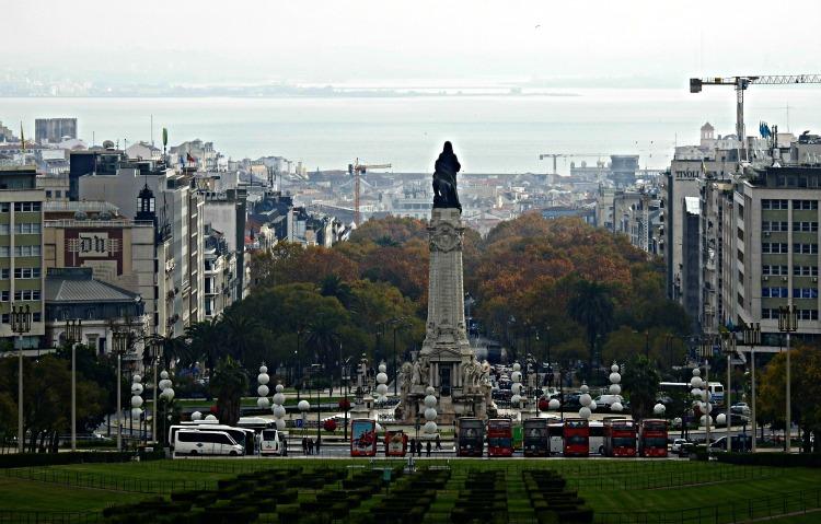 Praça do Marquês de Pombal, avenida da Liberdade e o río Tejo