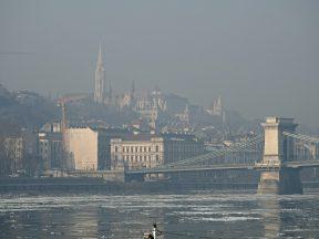 Buda, o Danubio, e a Ponte das Cadeas
