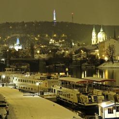 Noite de neve no río Moldava